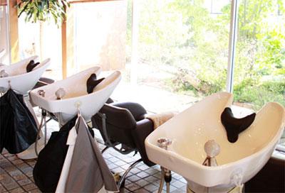 美容室ヴァンカウンシル川中島店中庭のみえるシャンプー台